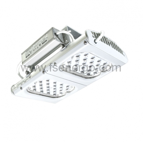 Промышленный светодиодный светильник в алюминиевом корпусе в виде радиатора с защитным противоударным стеклом и блоком питания с правой стороны. Крепление светильника - подвесное / накладное
